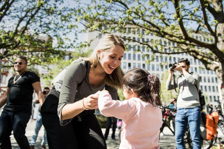 Ronja und Fademe tanzen beim Bus der Begegnungen