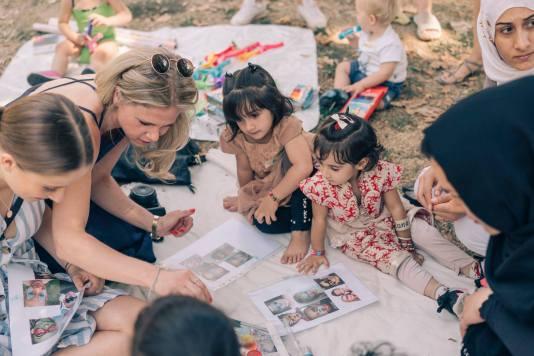 """Unsere Mitglieder Pia und Marie schminken beim Spiel- und Kochprogramm """"Family Buddies"""" von Family Playdates und Über den Tellerrand e.V."""